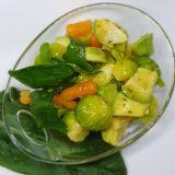 Salată din Varză de Bruxelles cu Spanac și avocado